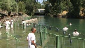 Gente de Jordan River Israel que es bautizada almacen de video