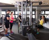 Gente de la aptitud del entrenamiento del gimnasio del sistema de la polea del cable Fotos de archivo libres de regalías