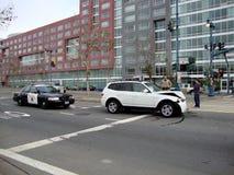 Gente de la ayuda de la oficina de policía de la patrulla de la carretera después de su BMW blanco Imagen de archivo libre de regalías
