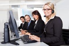 Gente de la ayuda del servicio de atención al cliente imagen de archivo
