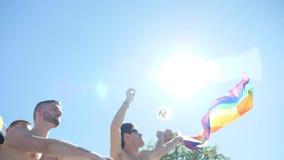 Gente de la bandera del arco iris del orgullo que agita gay en Francia almacen de metraje de vídeo