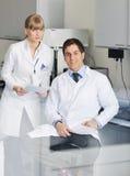 Gente de la ciencia en laboratorio brillante Imagen de archivo