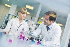 Gente de la ciencia en laboratorio brillante Foto de archivo libre de regalías