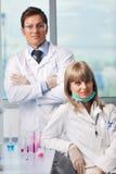 Gente de la ciencia en laboratorio brillante Fotografía de archivo