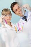 Gente de la ciencia en laboratorio brillante Imagenes de archivo