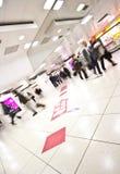 Gente de la estación de metro en el movimiento Fotos de archivo libres de regalías