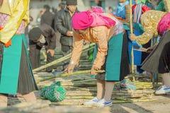 Gente de la minoría étnica en el mercado tradicional Fotografía de archivo