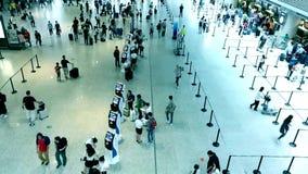 Gente de la muchedumbre en el aeropuerto almacen de video
