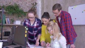 Gente de la oficina en la tabla enérgico que discute planes empresariales diarios y hacer notas en un cuaderno y una etiqueta eng metrajes