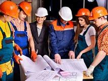 Gente de la unidad de negocio en casco del constructor. imagenes de archivo