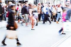 Gente de las compras en la calle Imágenes de archivo libres de regalías