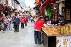 Gente de las compras en la calle del oeste, Yangshuo, China Imagenes de archivo