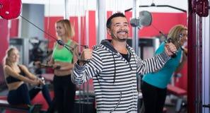 Gente de los adultos de diversa edad en gimnasio Fotos de archivo libres de regalías