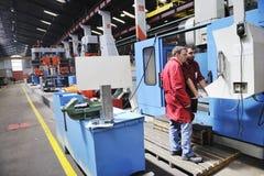 Gente de los trabajadores en fábrica foto de archivo libre de regalías