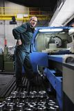 Gente de los trabajadores en fábrica imagen de archivo libre de regalías