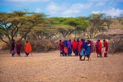 Gente de Maasai y su pueblo en Tanzania, África Foto de archivo libre de regalías