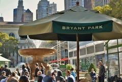Gente de Nueva York Bryant Park NYC que encuentra la ciudad Manhattan urbana fotos de archivo