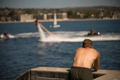 Gente de observación del varón que hace deportes acuáticos Foto de archivo libre de regalías