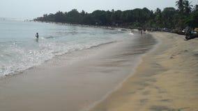 Gente de Sri Lanka de la playa de Arugambay que tiene baño imágenes de archivo libres de regalías