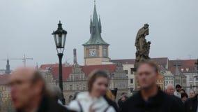 Gente de time lapse en Charles Bridge en Praga contra el contexto de la torre de reloj, Praga, 2017 almacen de metraje de vídeo
