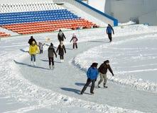 Gente de todas las edades que patina en el estadio de la ciudad Imágenes de archivo libres de regalías