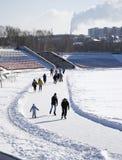 Gente de todas las edades que patina en el estadio de la ciudad Imagen de archivo