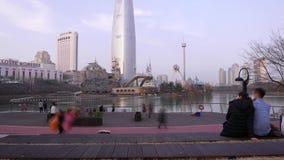 Gente de visita turístico de excursión del lapso de tiempo en la plataforma de observación contra Lotte World Tower, Seúl almacen de metraje de vídeo