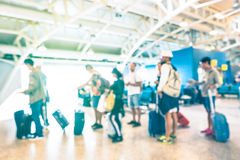 Gente defocused borrosa que espera en cola en la puerta del terminal de aeropuerto fotografía de archivo libre de regalías