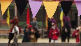 Gente Defocused en la ropa medieval que realiza la danza tradicional, canciones del canto almacen de video
