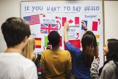 Gente del adolescente en el tablero de las banderas nacionales Imagen de archivo