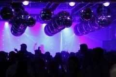 Gente del baile del disco del club nocturno emocionada fotos de archivo libres de regalías