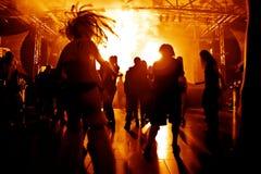 Gente del baile en un disco Fotografía de archivo libre de regalías