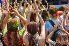 Gente del baile ninguna el festival anual del holi imagen de archivo