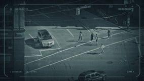 Gente del CCTV que cruza el centro de la ciudad del camino metrajes