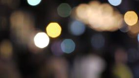 gente del defocus que camina en la calle en la noche/los grandes productos genéricos almacen de metraje de vídeo