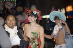 Gente del desfile de Víspera de Todos los Santos Imagen de archivo libre de regalías