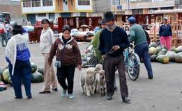 Gente del Ecuadorian en un mercado local Fotos de archivo