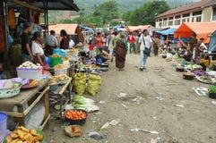 Gente del grupo étnico minoritary en un mercado de Indonesia Fotografía de archivo