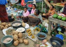 Gente del grupo étnico minoritary en un mercado de Indonesia Fotos de archivo libres de regalías
