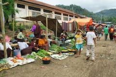 Gente del grupo étnico minoritary en un mercado de Indonesia Imagen de archivo