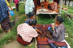 Gente del grupo étnico minoritary en un mercado de Indonesia Imagen de archivo libre de regalías