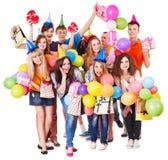 Gente del grupo con el globo en partido. Fotos de archivo libres de regalías