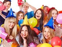 Gente del grupo con el globo en partido. Fotos de archivo