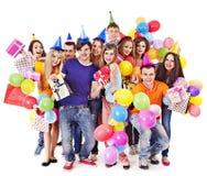 Gente del grupo con el globo en partido. Fotografía de archivo libre de regalías