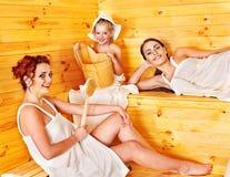 Gente del grupo con el niño en sauna. Imagen de archivo libre de regalías