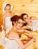 Gente del grupo con el niño en sauna. Fotografía de archivo libre de regalías