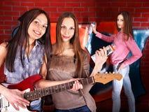 Gente del grupo con la guitarra. Fotografía de archivo