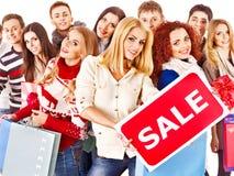 Gente del grupo con venta de la tarjeta. Foto de archivo libre de regalías
