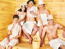 Gente del grupo en el sombrero de Papá Noel en la sauna. Imagenes de archivo