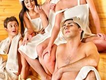 Gente del grupo en el sombrero de Santa en la sauna. Foto de archivo